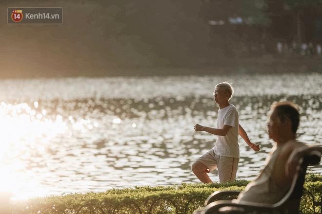 Chùm ảnh: Ngày cuối tuần, nhiều người dân Hà Nội đổ ra đường để hít hà tiết trời trong trẻo của mùa Thu-9