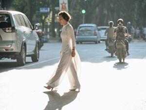 Chùm ảnh: Ngày cuối tuần, nhiều người dân Hà Nội đổ ra đường để hít hà tiết trời trong trẻo của mùa Thu