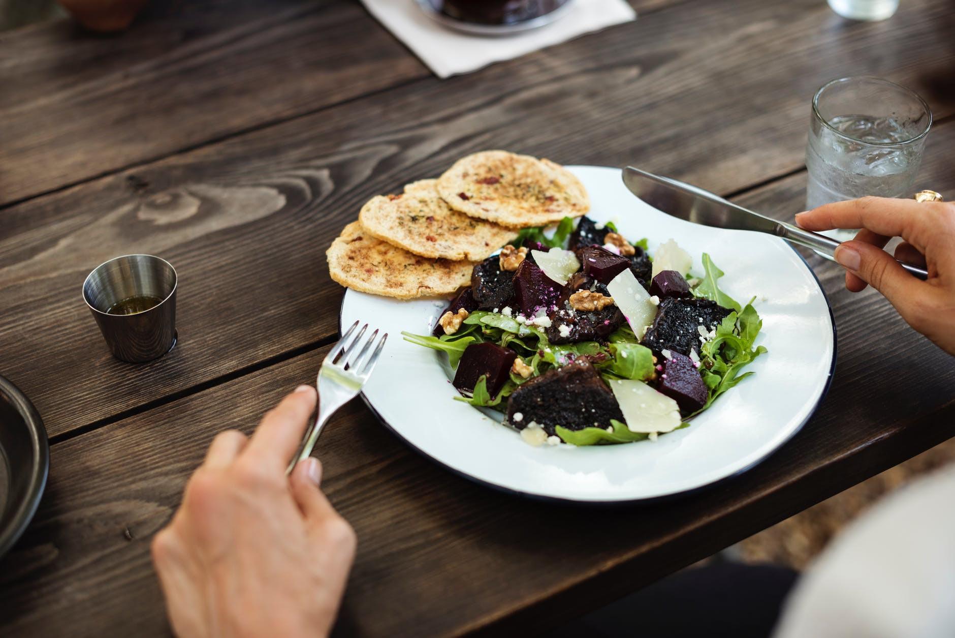 Vì sao vô các khách sạn hay nhà hàng lớn, lại có nơi không cho bạn xách bọc thức ăn thừa mang về?-3