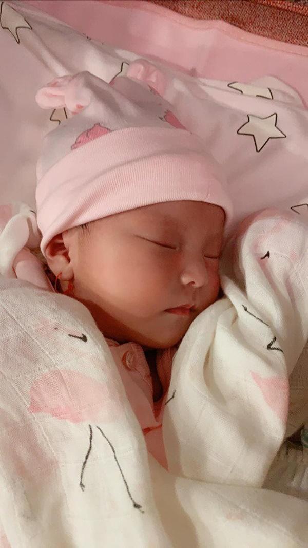 Lần đầu diễn viên Lê Phương khoe hình cận mặt và rõ nét nhất con gái mới sinh-1
