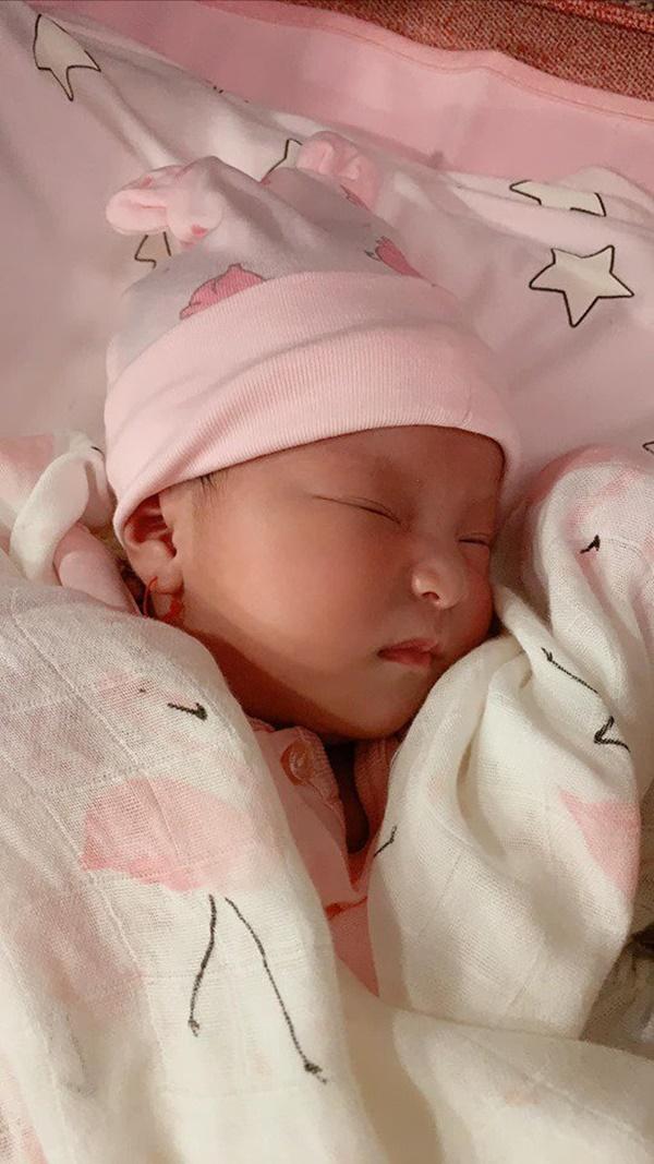 Lần đầu diễn viên Lê Phương khoe hình cận mặt và rõ nét nhất con gái mới sinh-2