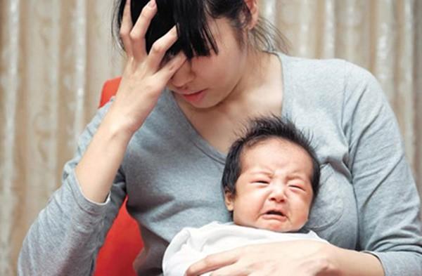 Chị dâu bế đứa con mới sinh ra đứng cạnh bờ ao gào khóc, cả nhà cuống lên đưa chị đi khám thì biết được lý do đau lòng-1