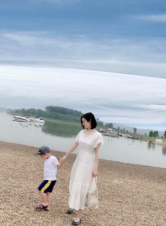 Hot mom Ly Kute: Từ cô gái ôm bụng bầu lên chùa tĩnh tâm vì bạn trai bỏ đến bà mẹ đơn thân chăm chỉ kiếm tiền, cho con học hẳn trường quốc tế-20