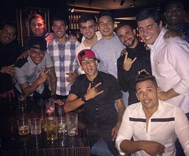 Choáng với cuộc sống sang chảnh, thác loạn của Neymar-2