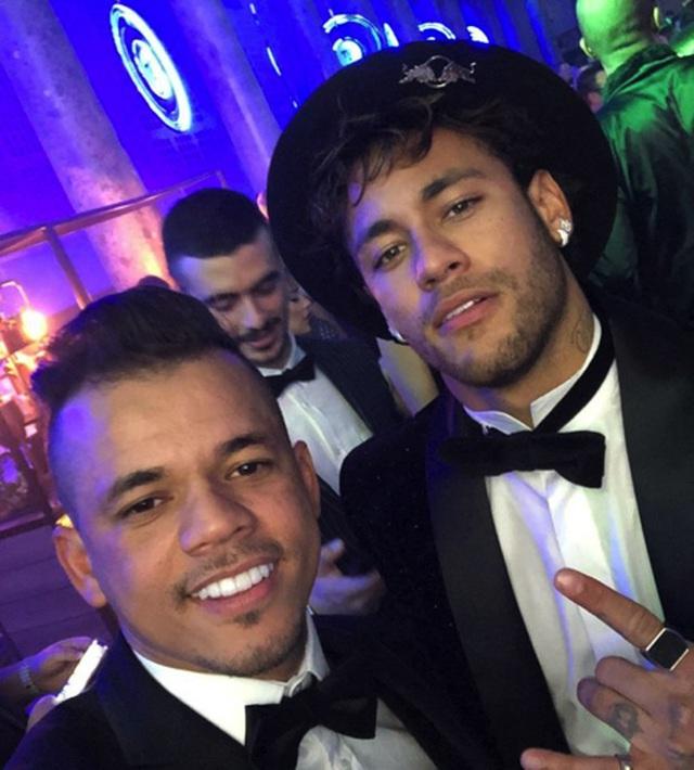 Choáng với cuộc sống sang chảnh, thác loạn của Neymar-4
