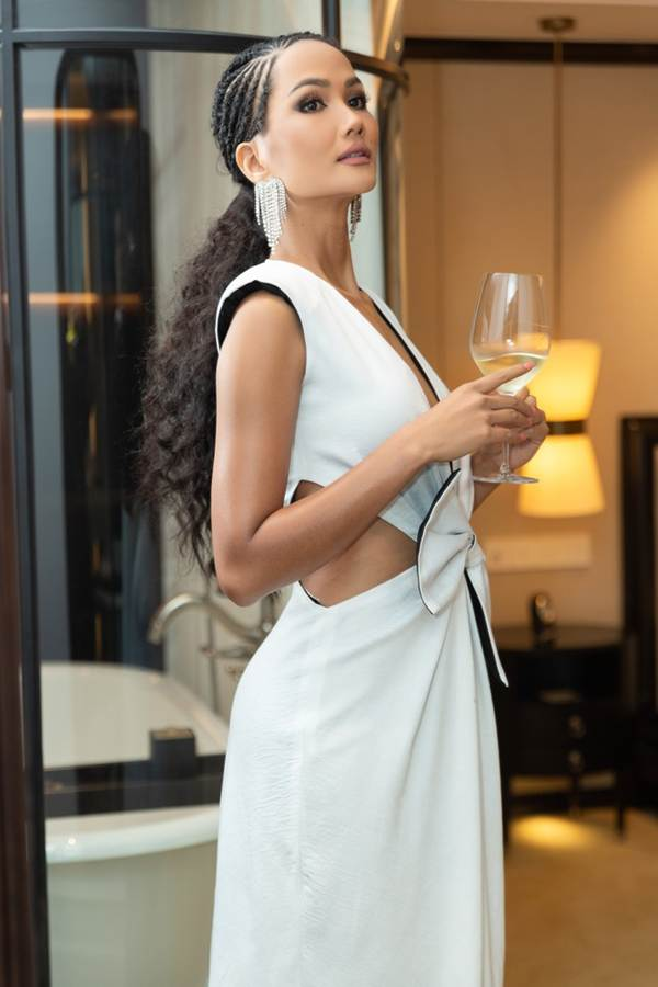 Gần hết nhiệm kỳ, HHen Niê càng chuộng váy áo xẻ vòng một táo bạo-2