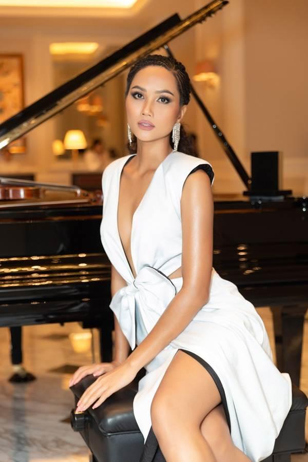 Gần hết nhiệm kỳ, HHen Niê càng chuộng váy áo xẻ vòng một táo bạo-7