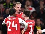 Tân đội trưởng Arsenal bị fan gọi là đồ hèn vì cúi đầu né bóng dẫn đến bàn thua-4
