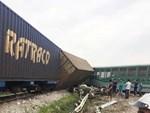 CLIP: Hỗn loạn cảnh CSGT và hàng chục người nâng xe tải bị tàu hỏa đâm bẹp dúm cứu tài xế-9
