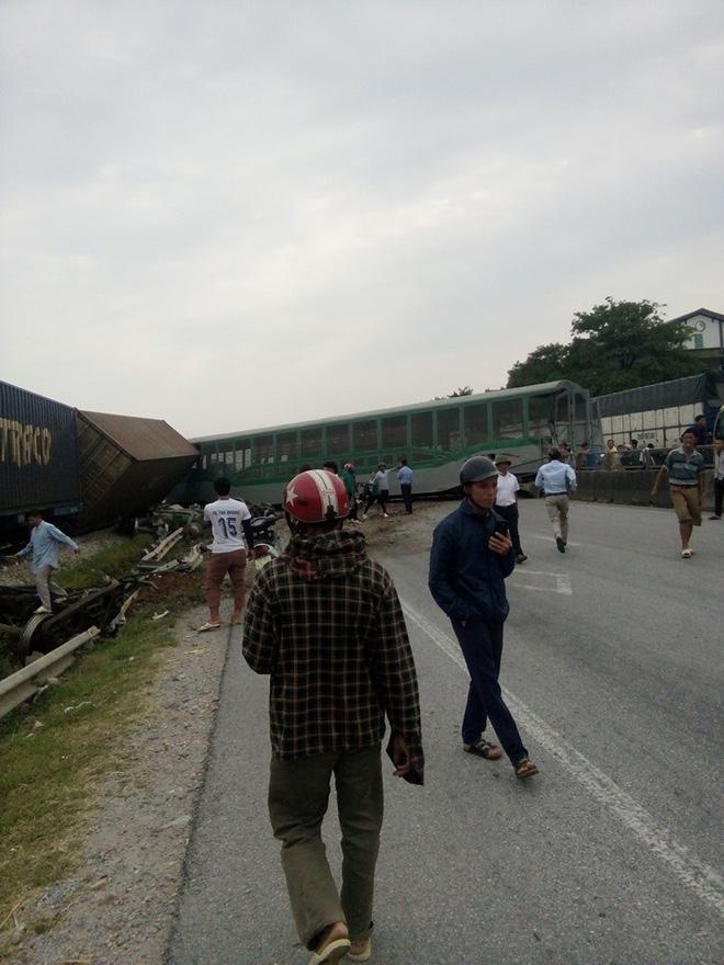 CLIP: Hỗn loạn cảnh CSGT và hàng chục người nâng xe tải bị tàu hỏa đâm bẹp dúm cứu tài xế-2