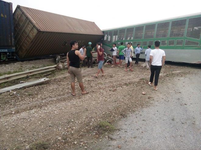 CLIP: Hỗn loạn cảnh CSGT và hàng chục người nâng xe tải bị tàu hỏa đâm bẹp dúm cứu tài xế-3