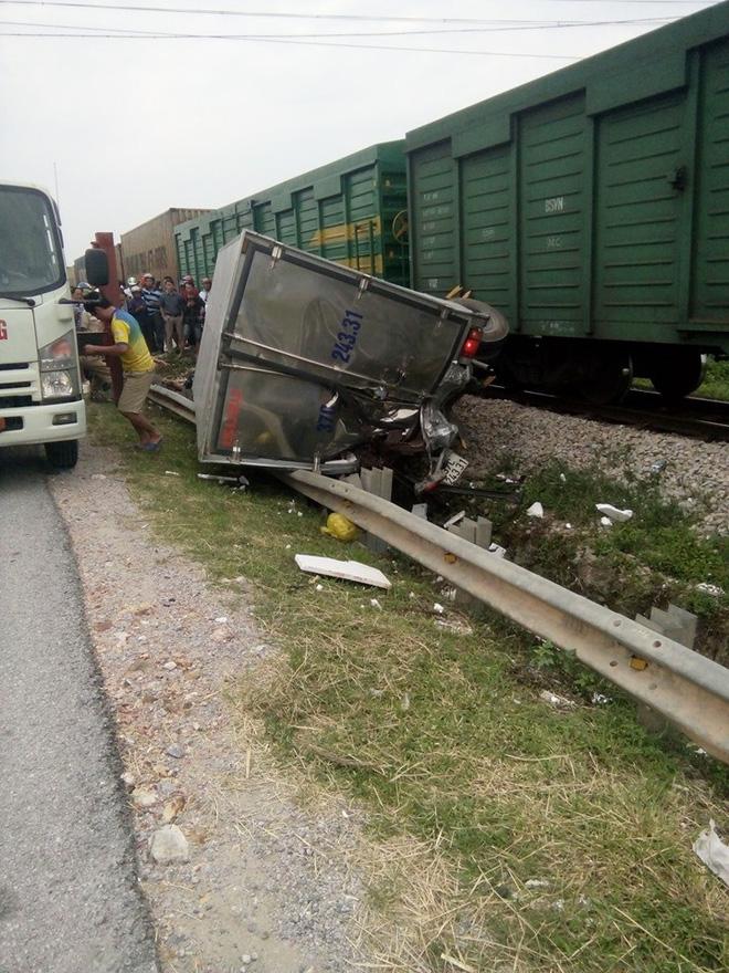 CLIP: Hỗn loạn cảnh CSGT và hàng chục người nâng xe tải bị tàu hỏa đâm bẹp dúm cứu tài xế-4