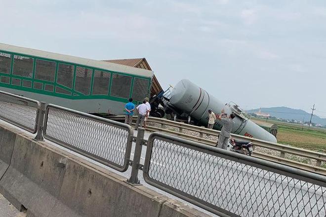 CLIP: Hỗn loạn cảnh CSGT và hàng chục người nâng xe tải bị tàu hỏa đâm bẹp dúm cứu tài xế-5