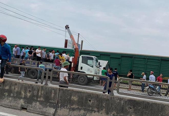CLIP: Hỗn loạn cảnh CSGT và hàng chục người nâng xe tải bị tàu hỏa đâm bẹp dúm cứu tài xế-6