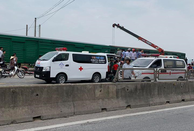CLIP: Hỗn loạn cảnh CSGT và hàng chục người nâng xe tải bị tàu hỏa đâm bẹp dúm cứu tài xế-7