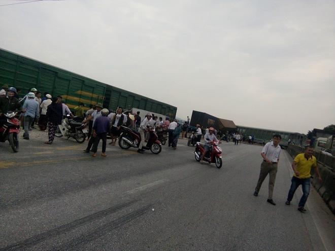 CLIP: Hỗn loạn cảnh CSGT và hàng chục người nâng xe tải bị tàu hỏa đâm bẹp dúm cứu tài xế-8
