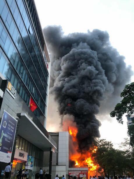 Hải Phòng: Đang cháy rất lớn tại Trung tâm thương mại, khói đen bốc cao hàng chục mét khiến người dân hoảng sợ-1
