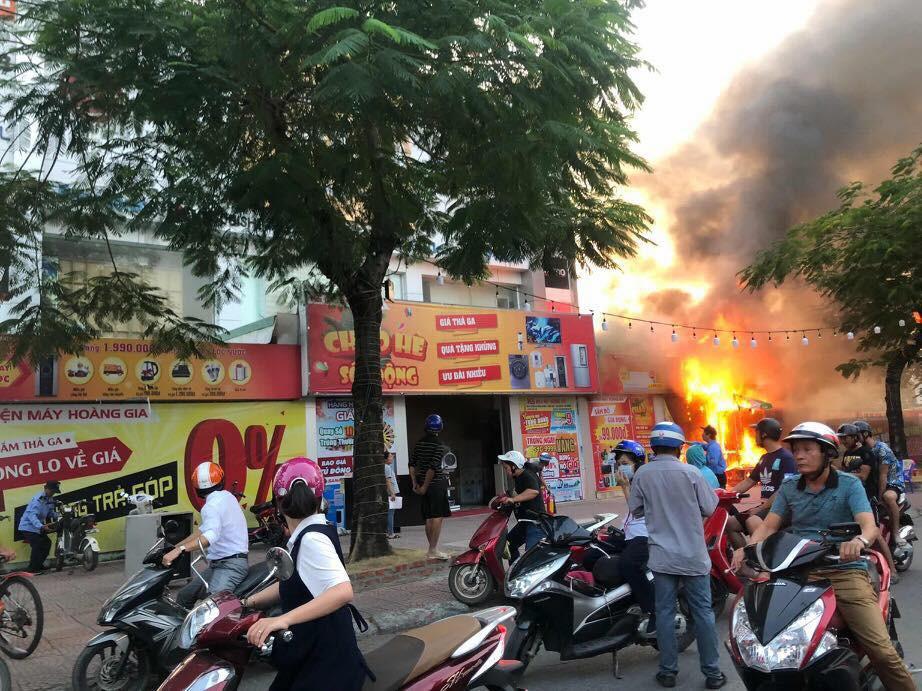 Hải Phòng: Đang cháy rất lớn tại Trung tâm thương mại, khói đen bốc cao hàng chục mét khiến người dân hoảng sợ-2