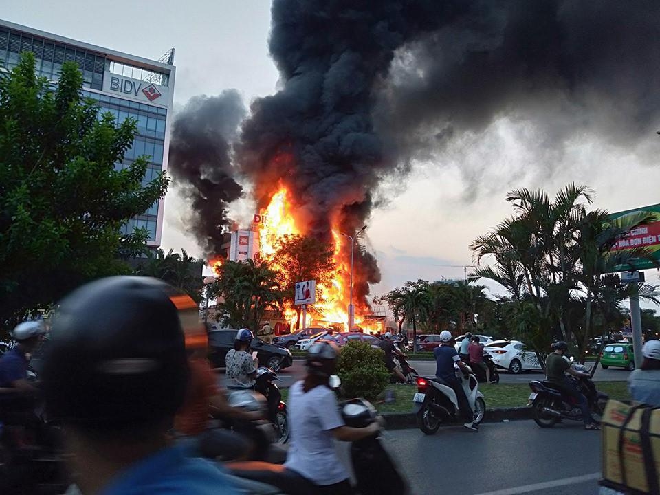 Hải Phòng: Đang cháy rất lớn tại Trung tâm thương mại, khói đen bốc cao hàng chục mét khiến người dân hoảng sợ-3