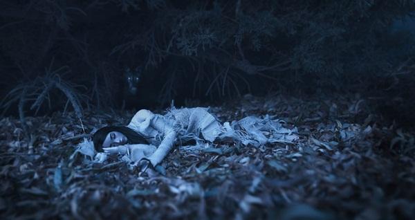 Tối ngủ tại nhà mà sáng thức dậy trên núi hoang, cô gái hoảng sợ chạy về và kể lại câu chuyện khiến ai cũng rùng mình-1