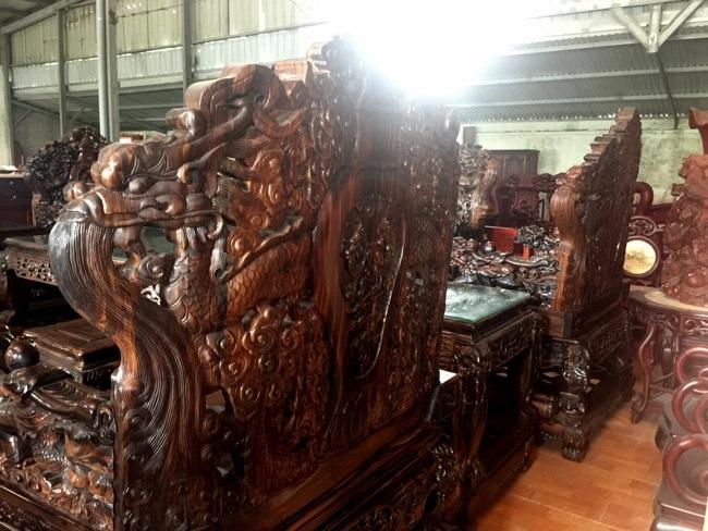 Gom gỗ mun suốt 7 năm rồi lấy lõi làm bộ bàn ghế giá chục tỷ-16
