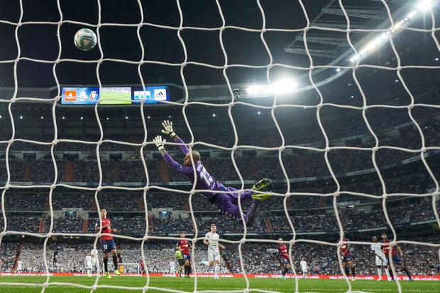 Sao trẻ quỳ xuống sân khóc nức nở sau khi ghi bàn thắng đầu tiên cho Real Madrid sau 7 tháng tịt ngòi-1