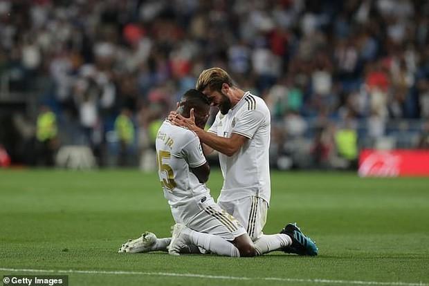 Sao trẻ quỳ xuống sân khóc nức nở sau khi ghi bàn thắng đầu tiên cho Real Madrid sau 7 tháng tịt ngòi-3