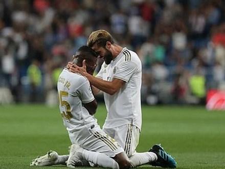 Sao trẻ quỳ xuống sân khóc nức nở sau khi ghi bàn thắng đầu tiên cho Real Madrid sau 7 tháng tịt ngòi