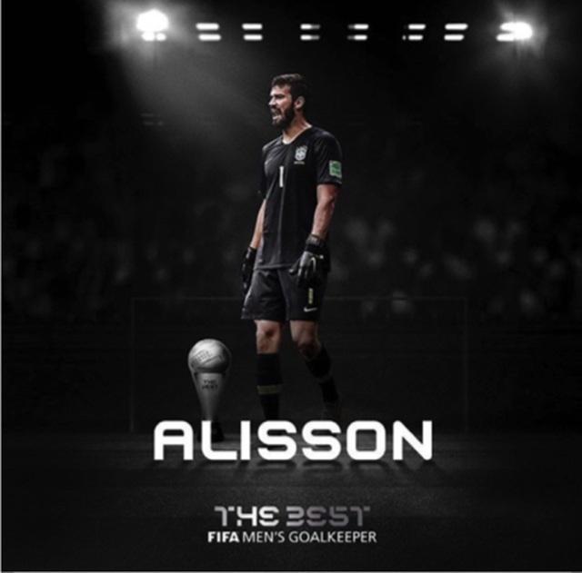 Bà xã xinh đẹp lâng lâng hạnh phúc khi Alisson nhận giải thưởng lớn-2