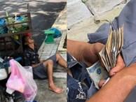 Anh bán hoa quả ngủ gục bên lề đường, tay vẫn cầm xấp tiền lẻ khiến nhiều người xót xa