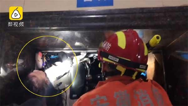 Thót tim cảnh thang máy gặp sự cố, đứa bé 19 tháng tuổi bị treo ngược cả người lẫn xe điện, may mắn được giải cứu an toàn-2
