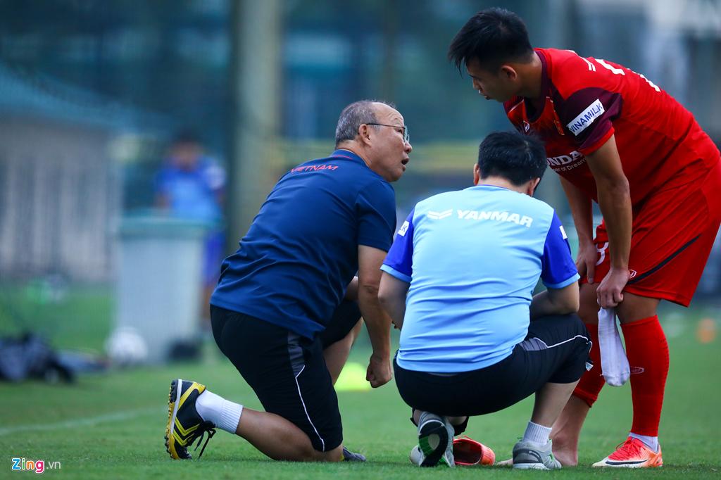 Phát hiện tuyển thủ đau ngón chân, HLV Park lập tức bắt nghỉ tập-3