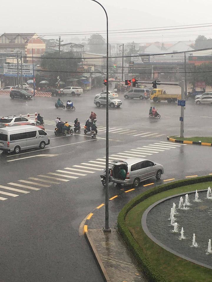 Ô tô 7 chỗ dừng bên góc đường, mở cửa để tài xế xe ôm kịp ngồi trú mưa khiến nhiều người cảm thấy ấm lòng-2