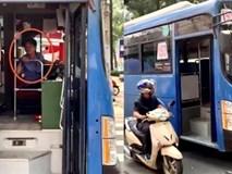 Xe buýt liên tục bấm còi ép sát lề, ngăn không cho xe máy vượt