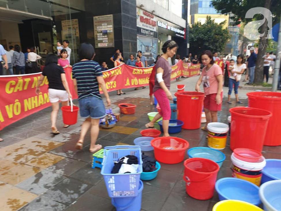 Vụ dân phải xách xô đi mua nước tại chung cư cao cấp ở Hà Nội: Chủ đầu tư cắt nước vì cư dân nợ tiền?-2