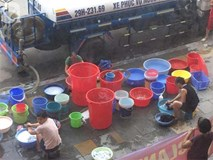 Vụ dân phải xách xô đi mua nước tại chung cư cao cấp ở Hà Nội: Chủ đầu tư cắt nước vì cư dân nợ tiền?