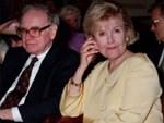 Sở hữu 64 tỷ đô la, tỷ phú từng soán ngôi Bill Gate lại chung thủy đến khó tin với người vợ sắp đặt, hành động sau khi bà qua đời mới đáng nói-5