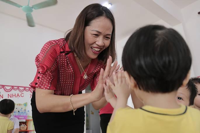 Những màn chào hỏi yêu thương của cô trò ở các trường học-2