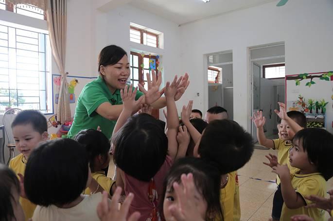 Những màn chào hỏi yêu thương của cô trò ở các trường học-3