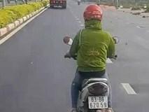 Người phụ nữ chạy xe máy trước đầu ôtô, ngăn không cho vượt