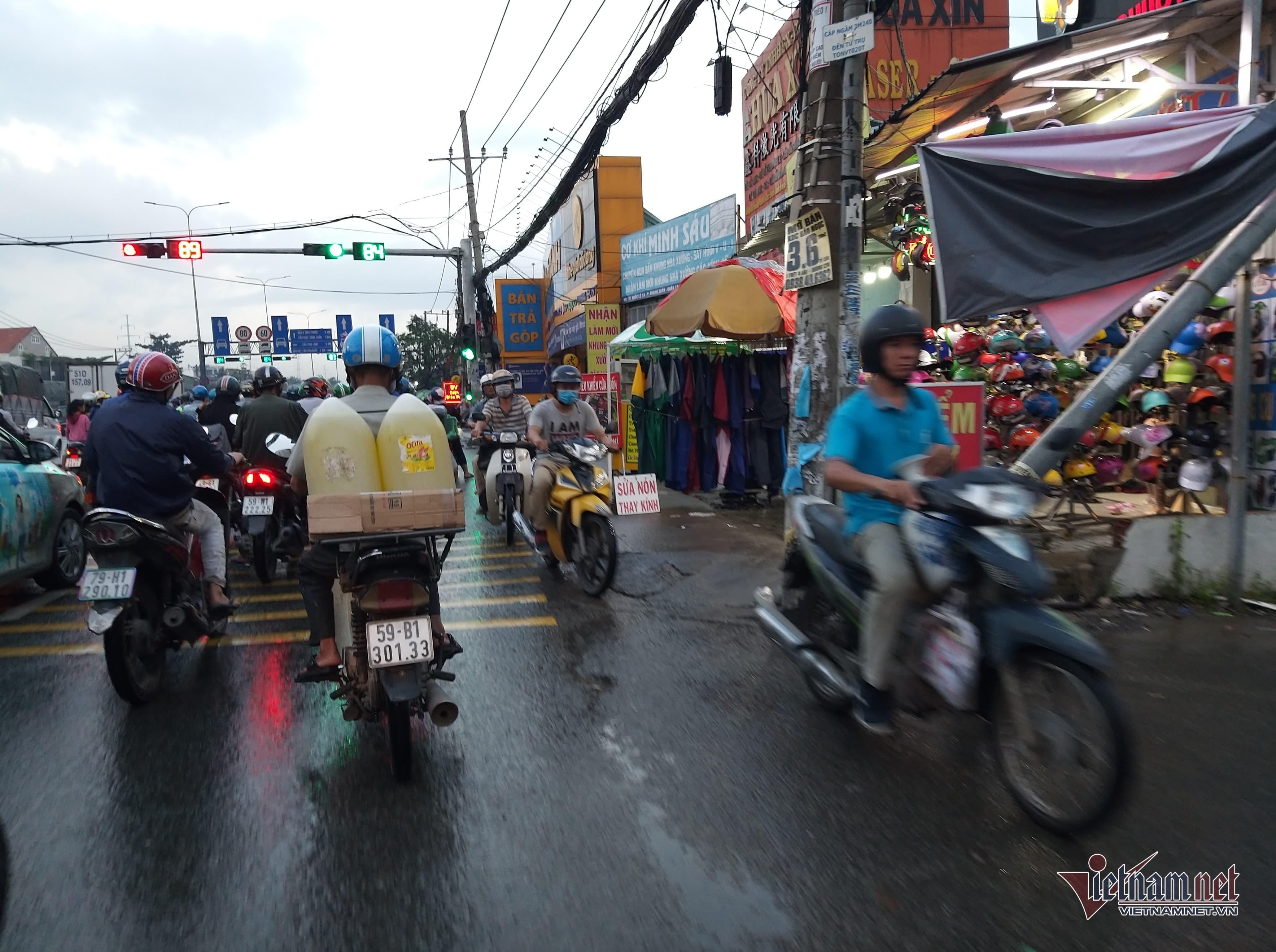 Hầm chui ngập nửa mét, nước lênh láng cản lối về của người Sài Gòn-3