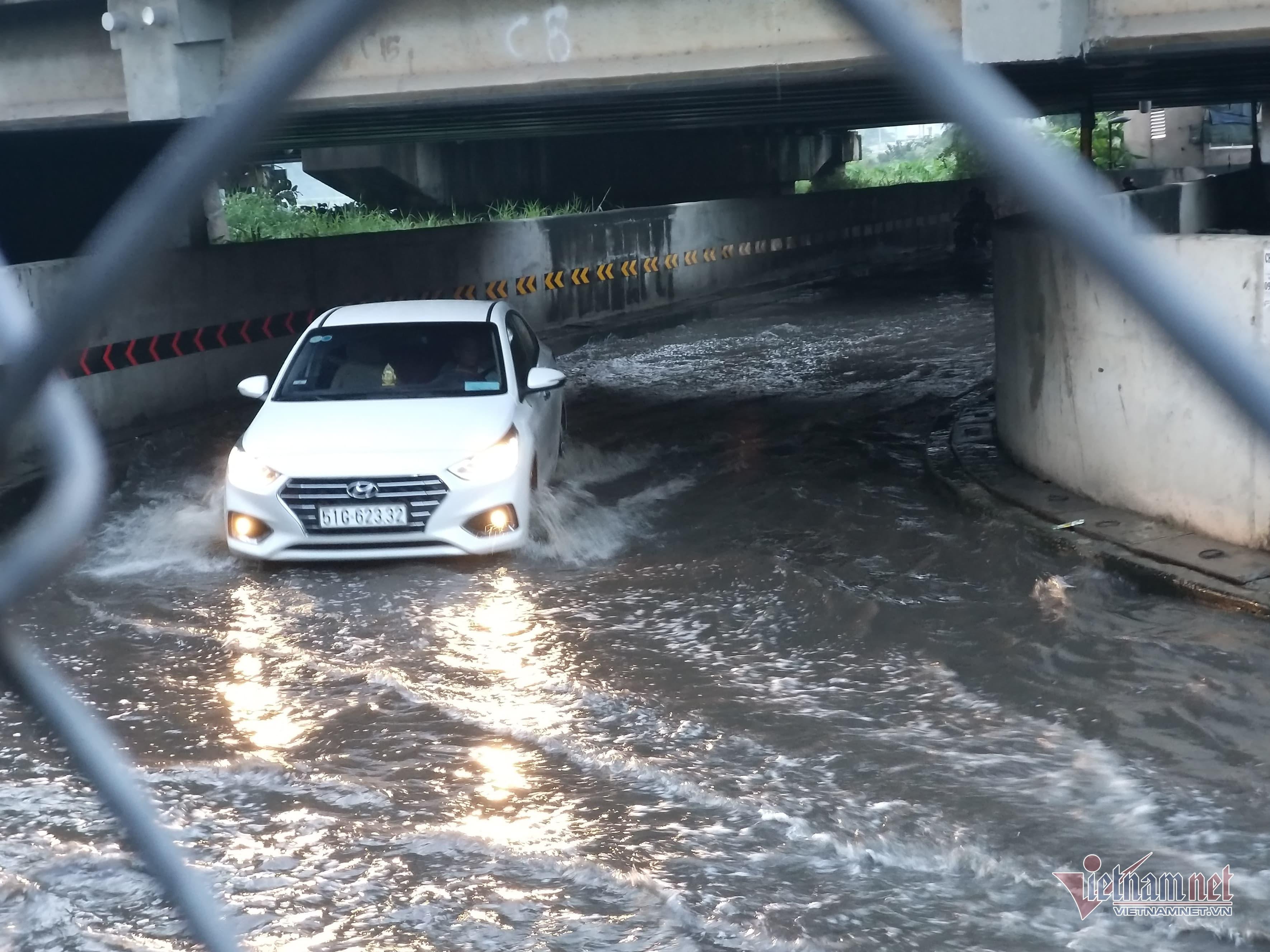 Hầm chui ngập nửa mét, nước lênh láng cản lối về của người Sài Gòn-2