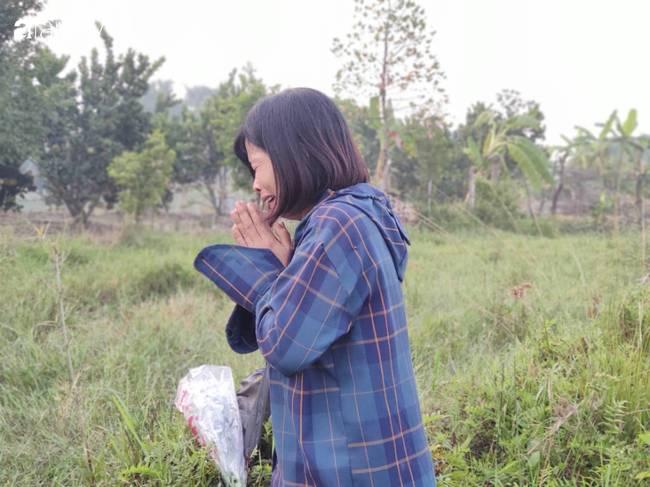 Nhói lòng cảnh người mẹ gục đầu vào xe cấp cứu khóc ngất, liên tục gọi tên con trai nghi bị sát hại ở Hà Nội-2