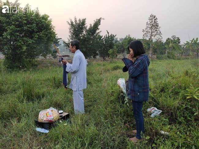 Nhói lòng cảnh người mẹ gục đầu vào xe cấp cứu khóc ngất, liên tục gọi tên con trai nghi bị sát hại ở Hà Nội-4