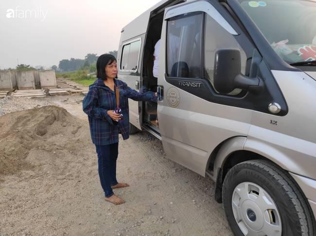 Nhói lòng cảnh người mẹ gục đầu vào xe cấp cứu khóc ngất, liên tục gọi tên con trai nghi bị sát hại ở Hà Nội-5