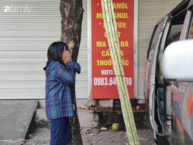 Nhói lòng cảnh người mẹ gục đầu vào xe cấp cứu khóc ngất, liên tục gọi tên con trai nghi bị sát hại ở Hà Nội-6