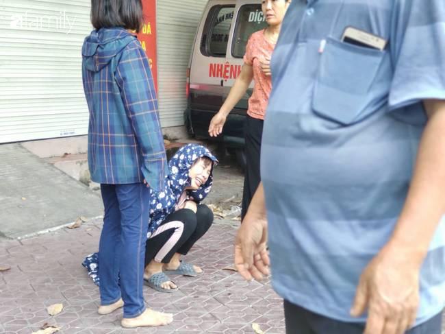 Nhói lòng cảnh người mẹ gục đầu vào xe cấp cứu khóc ngất, liên tục gọi tên con trai nghi bị sát hại ở Hà Nội-8