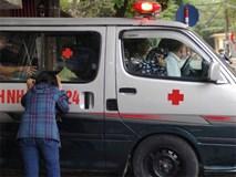 Nhói lòng cảnh người mẹ gục đầu vào xe cấp cứu khóc ngất, liên tục gọi tên con trai nghi bị sát hại ở Hà Nội