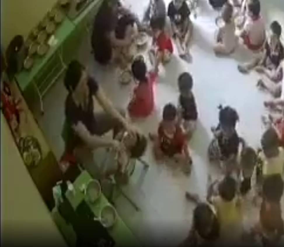 Hà Nội: Xôn xao clip cô giáo mầm non vật ngửa trẻ, ép ăn liên tục dù bé chưa kịp nuốt-1