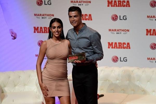 Sau thời gian im ắng, bạn gái Ronaldo bất ngờ tiết lộ nguyên nhân khiến vòng 2 to bất thường, hóa ra lý do cũng rất quen với các chị em Việt-2